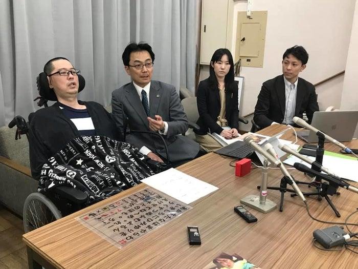 会見する高田泰洋さん(左)と弁護団の藤岡毅さん(左から2番目)、徳田玲亜さん(右から2番目)、山田恵太さん(右)