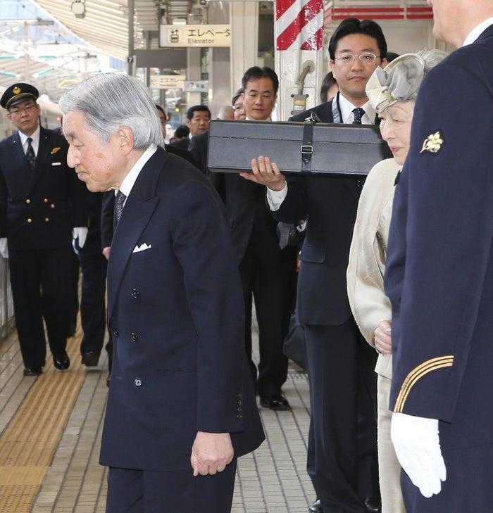 2014年、伊勢神宮参拝のため、三重県へと出発される天皇、皇后両陛下。奥の侍従が手にする箱には「三種の神器」の剣が入っている。