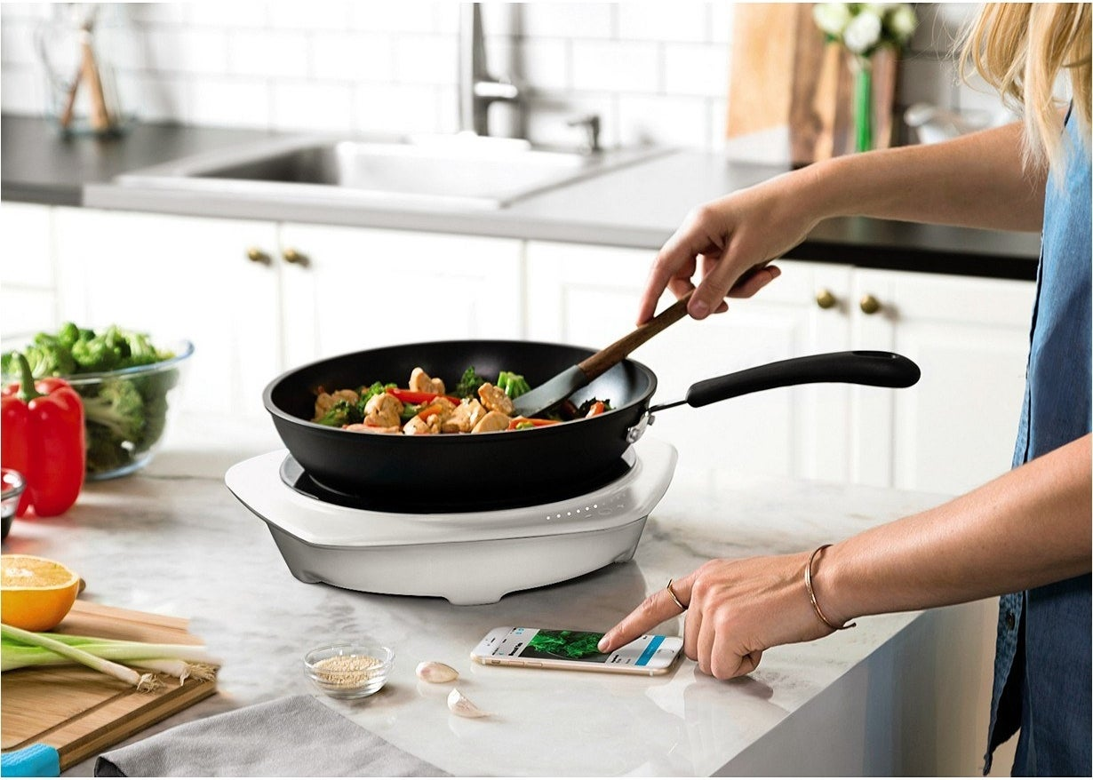 A model using a frying pan on the round cooktop