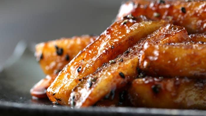 各1人分<フライパンを持っている人 〜大学芋風フライドポテト>材料:しょうゆ 大さじ2はちみつ 大さじ2黒ごま 小さじ2フライドポテト 適量作り方:1. フライパンにしょうゆとはちみつを入れてよく混ぜ、中火でふつふつするまで加熱する。2. フライドポテトを入れて煮絡め、お好みで黒ごまをまぶしたら、完成!<レンジを持っている人〜チェダーチーズがけフライドポテト>材料:チェダーチーズ 60g牛乳 大さじ1コショウ 適量フライドポテト 適量作り方:1. 耐熱容器にチェダーチーズ、牛乳を入れて500Wの電子レンジで40秒加熱する。2. フライドポテトに(1)をかけ、お好みでコショウをふりかけたら、完成!<混ぜることができる人 〜たらマヨコーンディップポテト>材料:たらこ 1/2本マヨネーズ 大さじ1スイートコーン 大さじ1フライドポテト 適量作り方:1. ココットに全ての材料を入れて混ぜ、フライドポテトにつけたら、完成!<振ることができる人 〜ふるふるポテト>材料:塩 小さじ1/4コショウ 適量粉チーズ 小さじ1/2コンソメ 小さじ1/2砂糖 小さじ1/2和風だしの素 小さじ1/2青のり 小さじ1/2フライドポテト 適量作り方:1. 紙袋にフライドポテト、全ての調味料を入れてよく振ったら、完成!