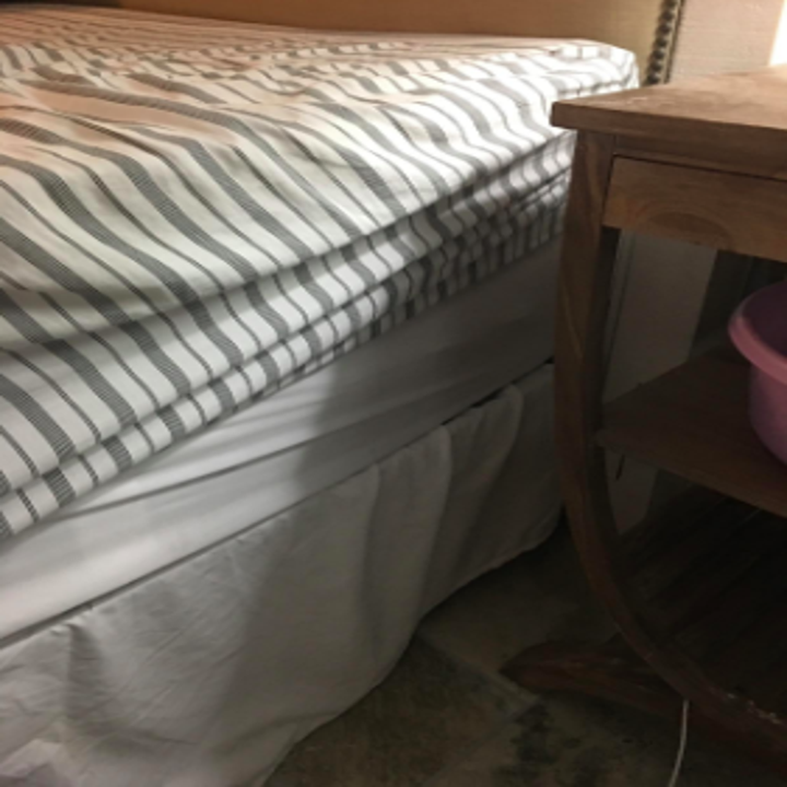 reviewer pic of fitted sheet creeping up side of mattress as before pic