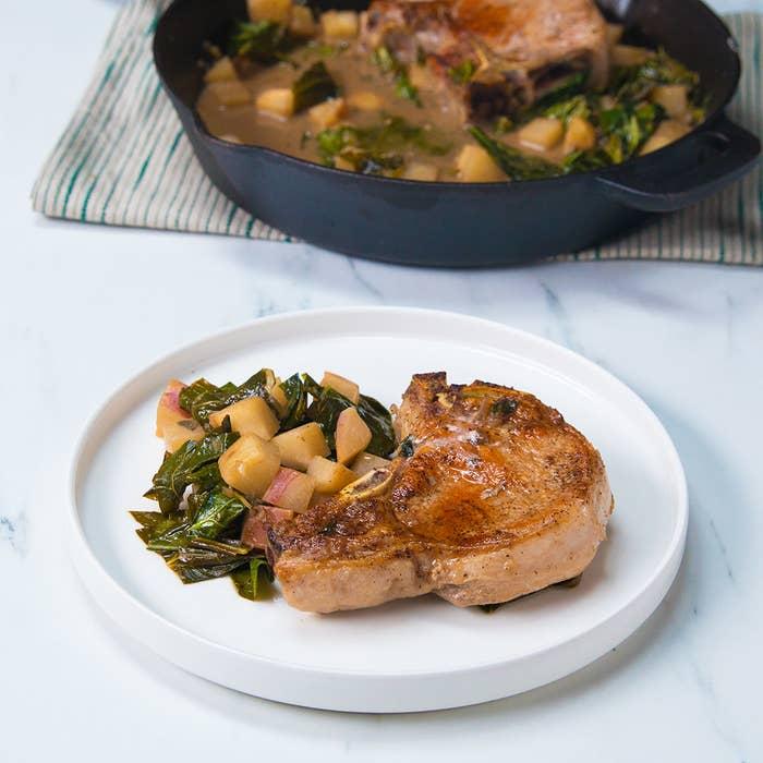 Rendimento: 2 PorçõesVocê vai precisar de:Salmoura4 xícaras de água2 folhas de louro4 dentes de alho amassados1 colher de sopa de pimenta-do-reino⅓ de xícara de sal4 xícaras de geloCarne suína2 costeletas de porco com osso de aproximadamente e 2,5 cm de espessuraSal a gostoPimenta a gosto1 colher de sopa de óleo vegetal2 cebolas picadas3 xícaras de nabo ou rabanetes picado1 colher de sopa de mostarda Dijon1 colher de sopa de sálvia fresca picada2 xícaras de sidra ou suco de maçã1 xícara de caldo de frango1 maço de couve sem talos e grosseiramente picadaModo de preparo:1. Prepare a salmoura: em uma panela média, em fogo médio, misture a água, as folhas de louro, o alho, a pimenta-do-reino e o sal e mexa até dissolver o sal.2. Tire a salmoura do fogo e misture os cubos de gelo. Assim que a salmoura esfriar, acrescente as costeletas de porco em um refratário e derrame a salmoura por cima. Deixe descansar na geladeira por 1-10 horas.3. Preaqueça o forno a 180˚C.4. Tire as costeletas de porco da salmoura e seque-as com papel toalha. Tempere-as generosamente com sal e pimenta dos dois lados.5. Em uma frigideira grande de ferro ou refratária, em fogo médio-alto, aqueça o óleo até quase fumegar. Acrescente as costeletas de porco e doure-as sem mexer até que fiquem douradas do primeiro lado, aproximadamente por 2 minutos, e depois vire-as e doure-as do outro lado. Tire as costeletas de porco da frigideira e reserve.6. Acrescente as cebolas à frigideira e cozinhe-as até começarem a amolecer e a caramelizar, mexendo ocasionalmente, por aproximadamente 2 minutos.7. Acrescente os nabos e tempere-os com sal, depois espalhe-os em uma camada uniforme e deixe que caramelizem, mexendo ocasionalmente por aproximadamente 5 minutos. Acrescente a mostarda e a sálvia e mexa. Cozinhe por mais 1 minuto.8. Coloque a sidra de maçã e o caldo de frango. Leve para ferver e então abaixe o fogo para baixo-médio, cozinhando em fogo brando até que o líquido esteja reduzido pela metade, por aproximad