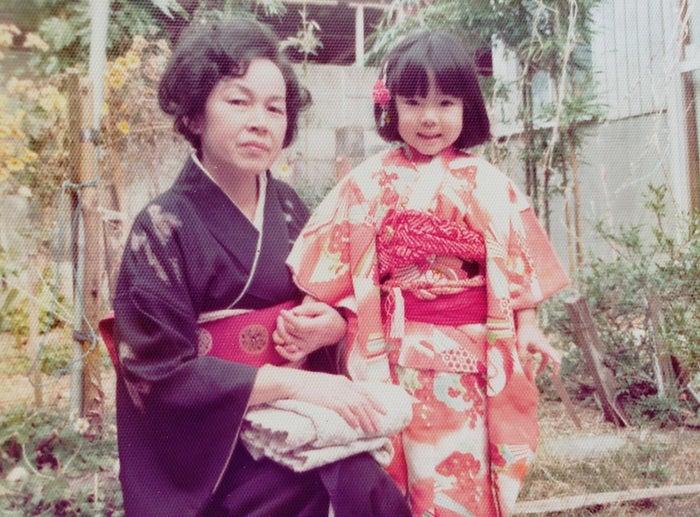 幼き日の岡本真夜さんとかたわらに寄り添う母