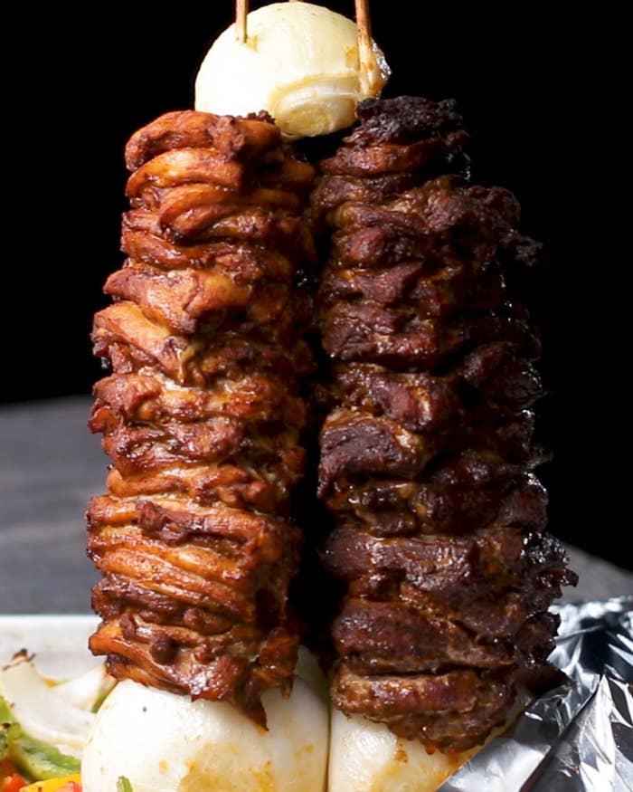 牛肉、豚肉、鶏肉の3種類を重ねて焼いた豪快なひと品!コーントルティーヤ、グリル野菜も一緒に焼けばバーベキュー感覚のパーティーメニューの出来上がり♪自分だけのオリジナルケバブ、ぜひ作ってみてくださいね!