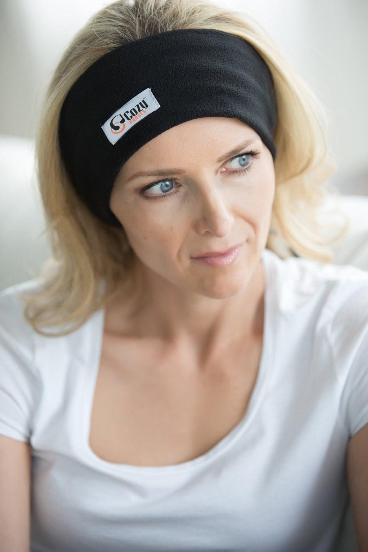 A model wearing the headband-like cozyphones