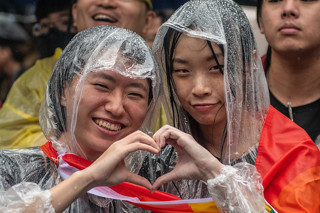24 Heartwarming Pictures From The First Day Of Marriage Equality In Taiwan