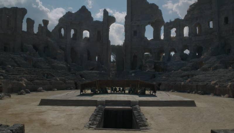 En la escena de la temporada 7, Dany dice que ese lugar había sido el final de su familia, y ahora todos están reunidos para discutir quién la reemplazará en el trono.