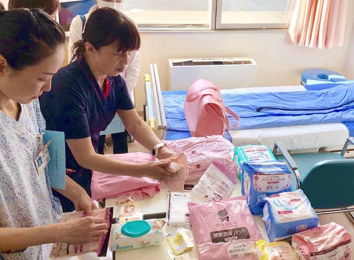 日本の病院での出産入院時に渡されるグッズについて説明する助産師