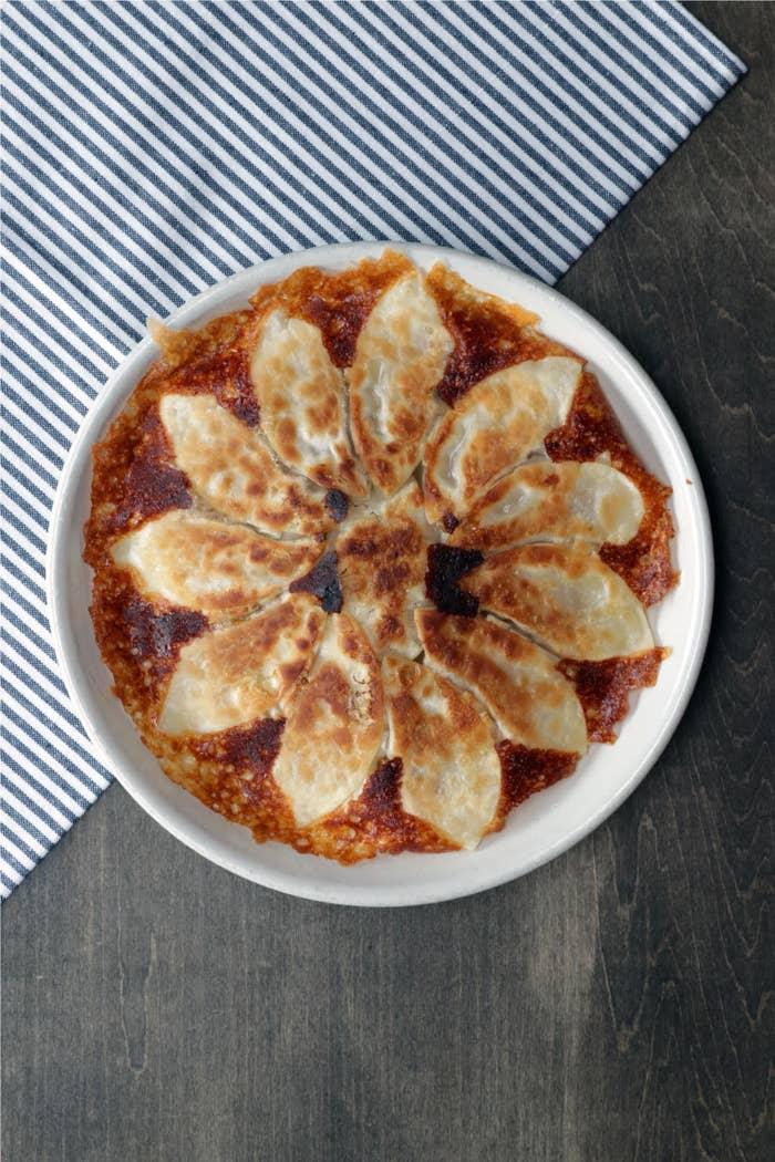 ひき肉の代わりにツナ缶を使ったお手軽レシピ。カレー粉を加えてスパイシーに仕上げれば、お酒にもぴったり合いますよ。ポイントは、ピザ用チーズで羽根を作ること!カリッと香ばしいチーズが良いアクセントになりますよ♪ぜひ作ってみてくださいね!