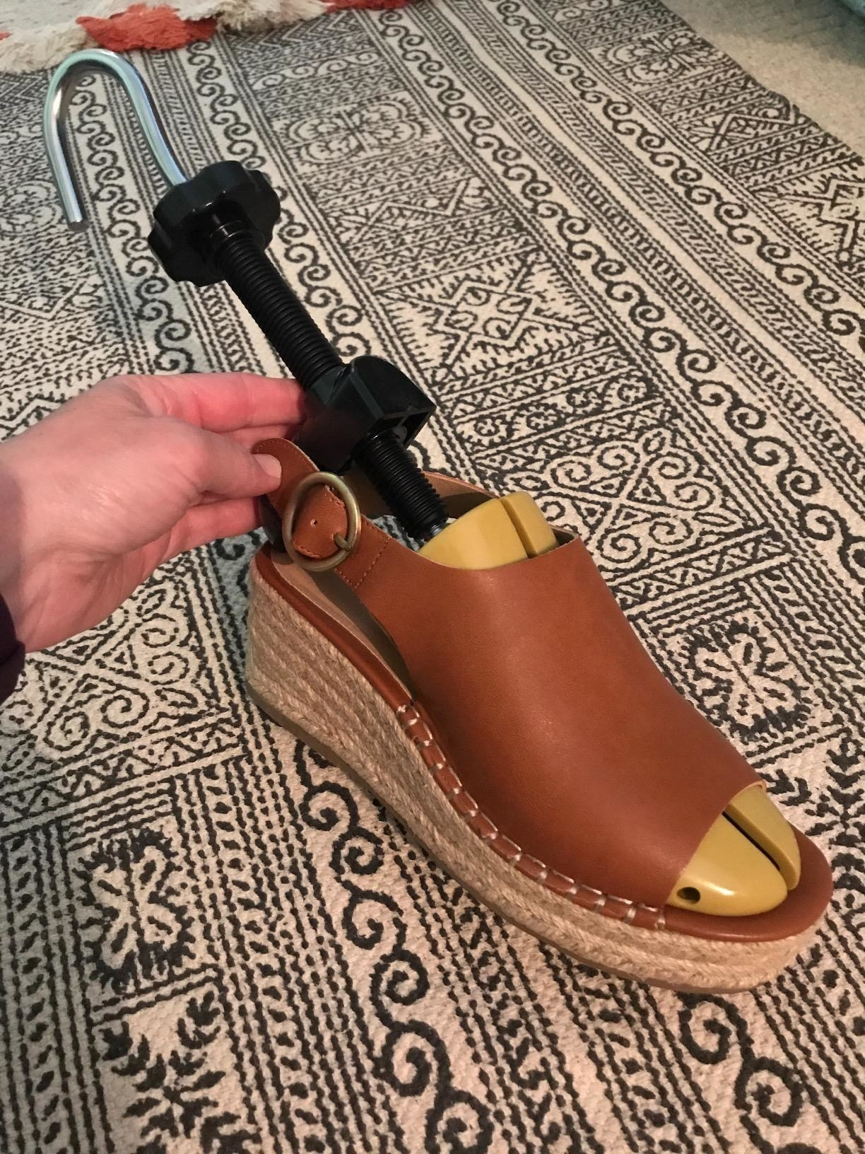 reviewer shoes stretcher in shoe