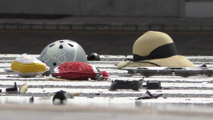 事故現場に残された麦わら帽子とヘルメット
