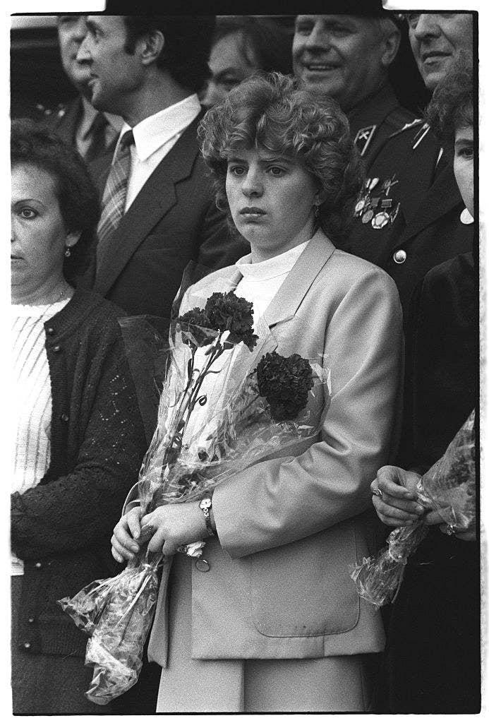 """Su viuda, Lyudmila (en la foto de arriba), cuenta en el libro Voices from Chernobyl: """"No pudieron ponerle los zapatos porque tenía los pies hinchados. También tuvieron que deshacerse del traje formal porque no podían ponérselo, no había un cuerpo entero para ponérselo""""."""