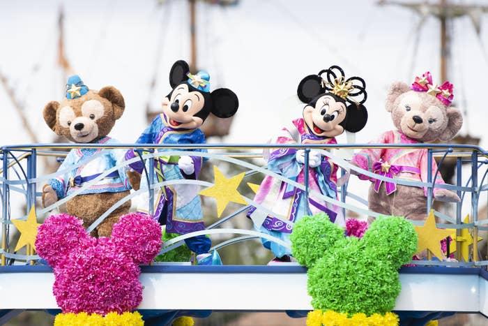 現在東京ディズニーシーでは現在、七夕イベント「ディズニー七夕デイズ」が開催されています。期間限定で七夕気分を盛り上げてくれるカクテルも販売中。今回は全種レビューをまとめました!
