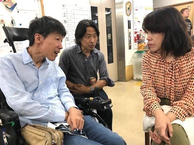 シンポジウム後の交流会で、宮崎県の障害者自立応援センター「YAH!DOみやざき」副理事長の山之内俊夫さん(左)と語り合う立岩真也さん(真ん中)