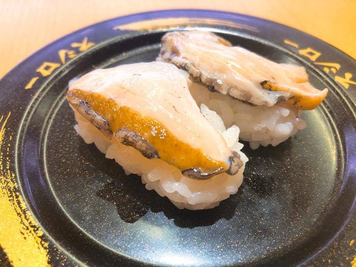 殻付きで活きたまま入荷した新鮮なあわびです。店舗で一つひとつ殻むきをしているそう。これまでスシローでは何度かあわびが登場しているんですが、その度に「美味しい」と評判になってます。
