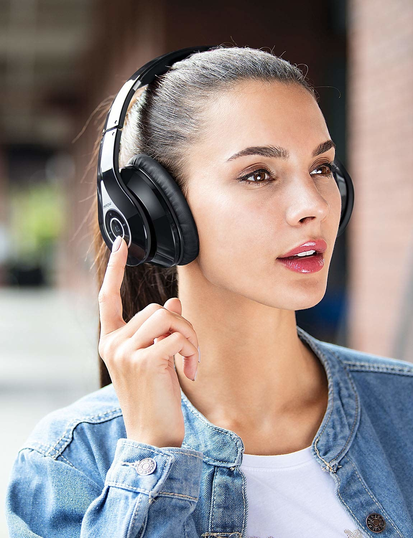 Model wearing noise-isolating headphones