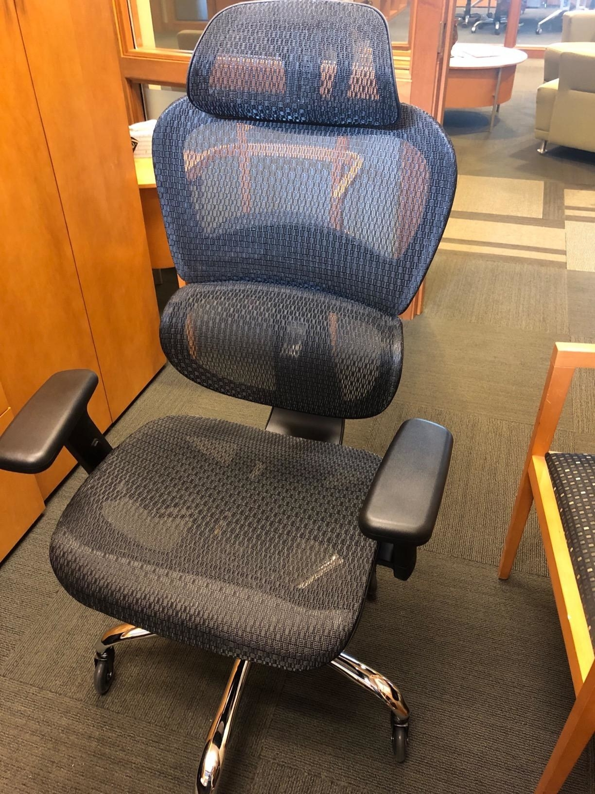 Reviewer photo of the mesh chair