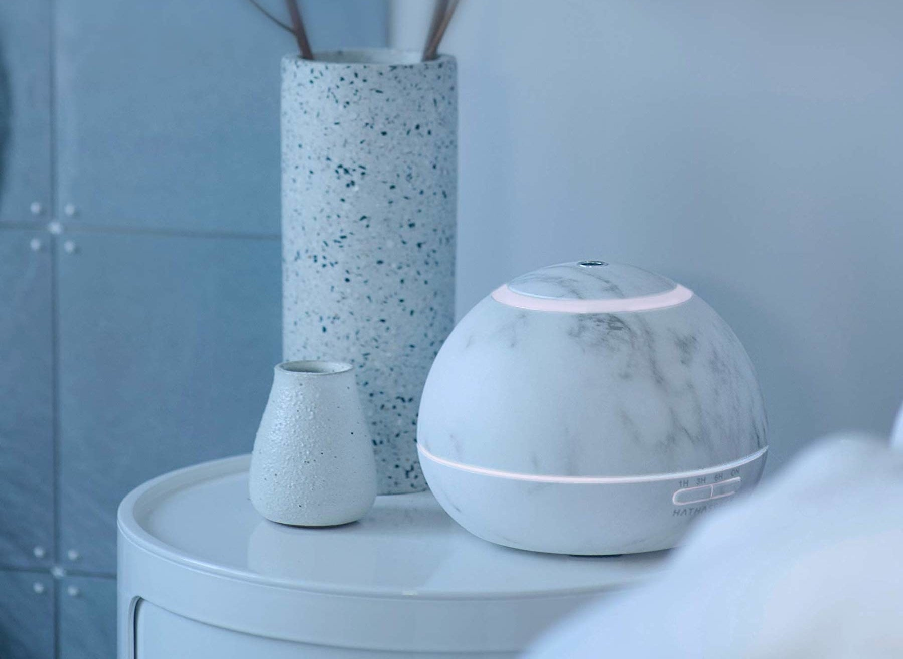 The marble-patterned aroma diffuser in white