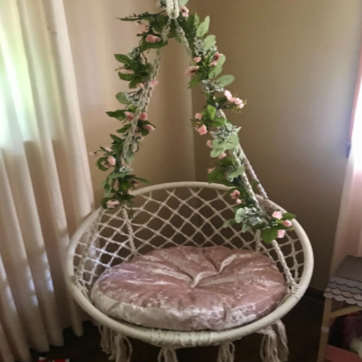 another reviewer with the swing adorned with leafy flowers