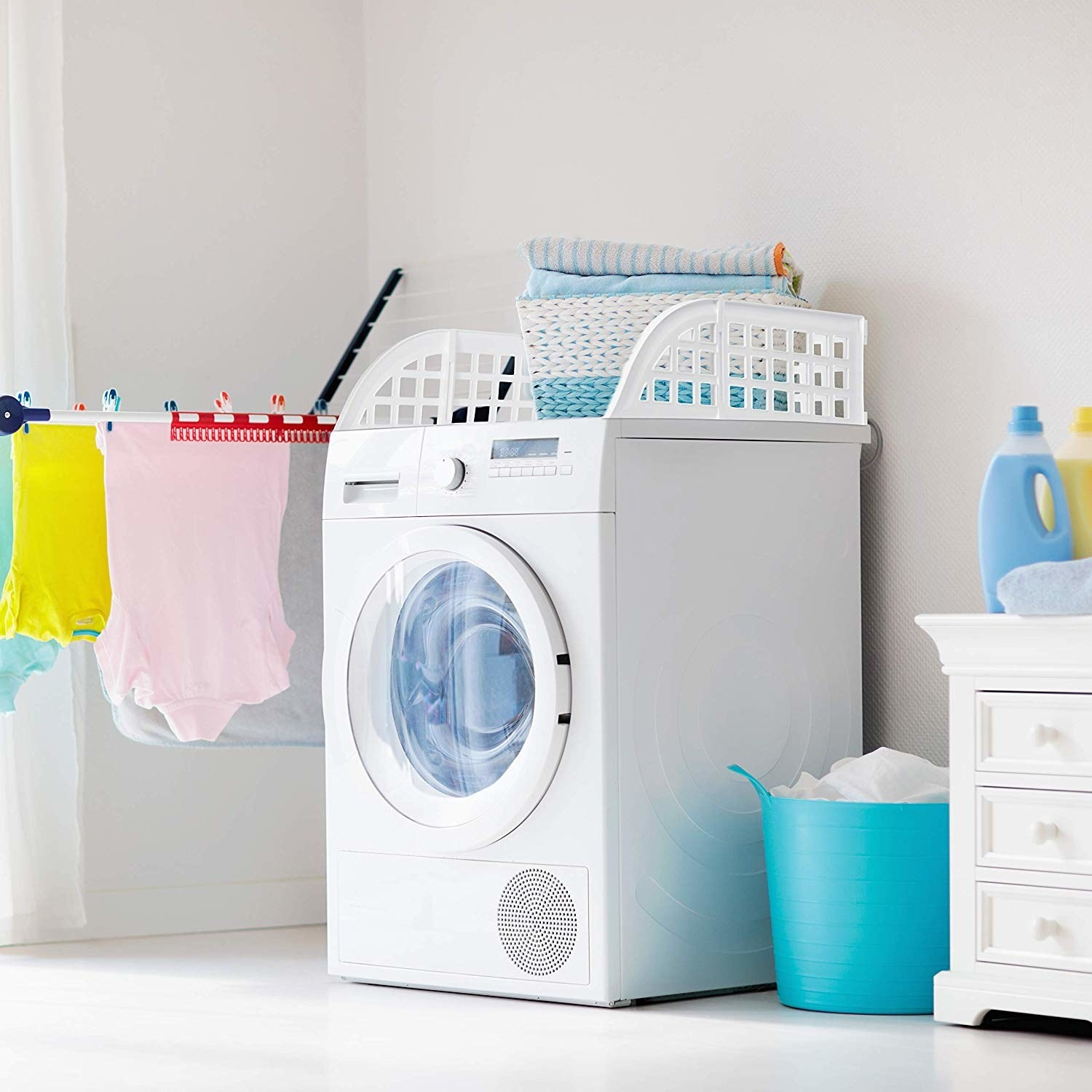 Washing machine with stack of clothes on top, protect from falling off the edge thanks to the magnetic plastic guards on the sides