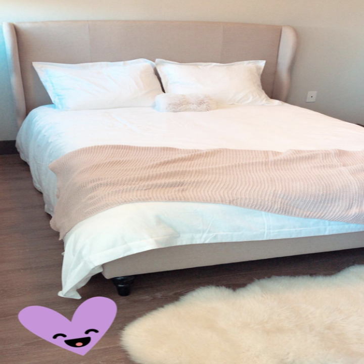 a reviewer's bed with white bedding