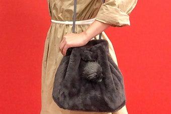 これ、本当に1100円でいいの?雑誌付録の「ふわっふわファーバッグ」が高見えすぎる…!