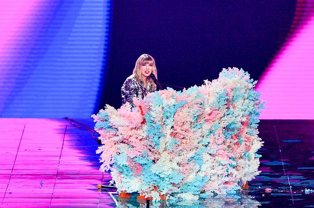 Taylor Swift está se defendendo e nós devemos apoiá-la.