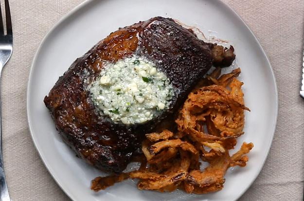 Ribeye-Steak mit Blauschimmelkäse-Butter und knusprigen Zwiebelringen