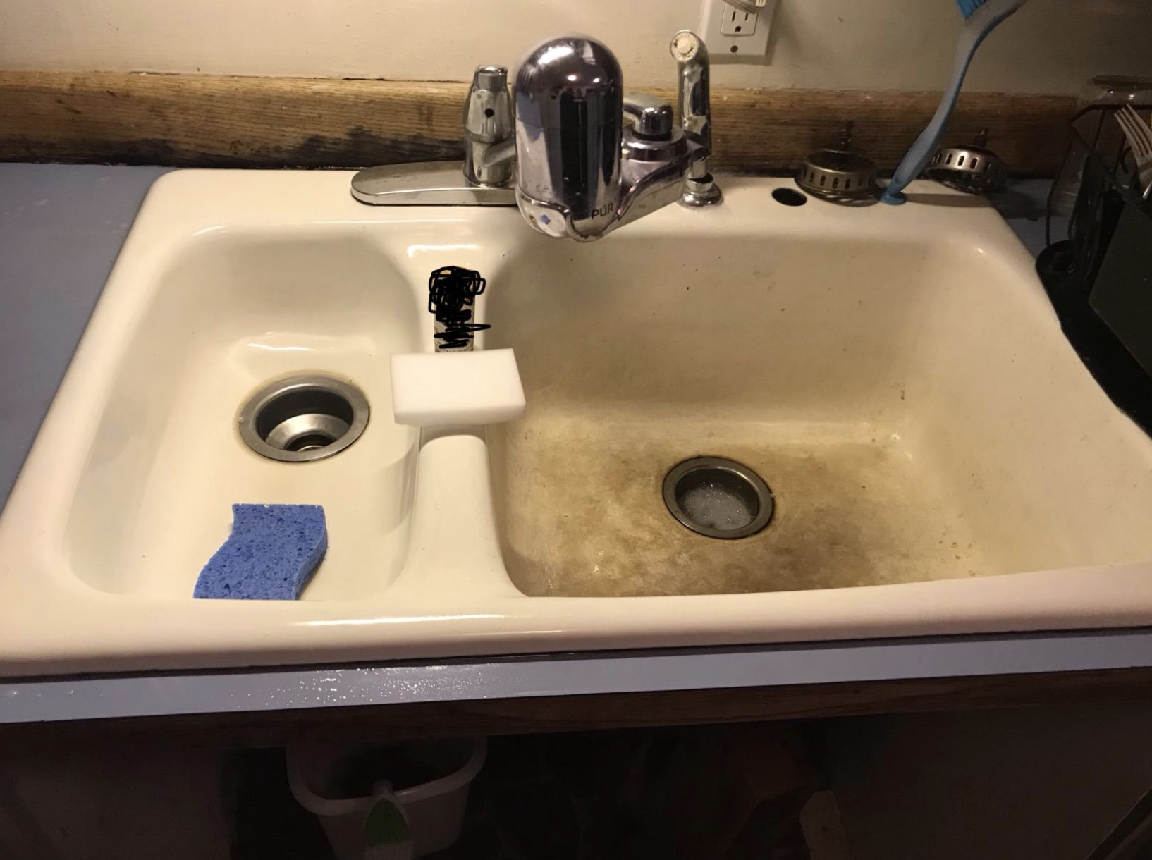 before/after showing reviewer's sink with tons of dark stains and then without after using sponges
