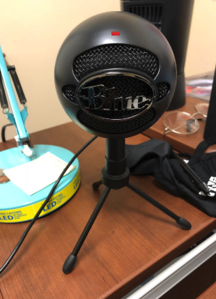 a reviewer photo of the microphone in black