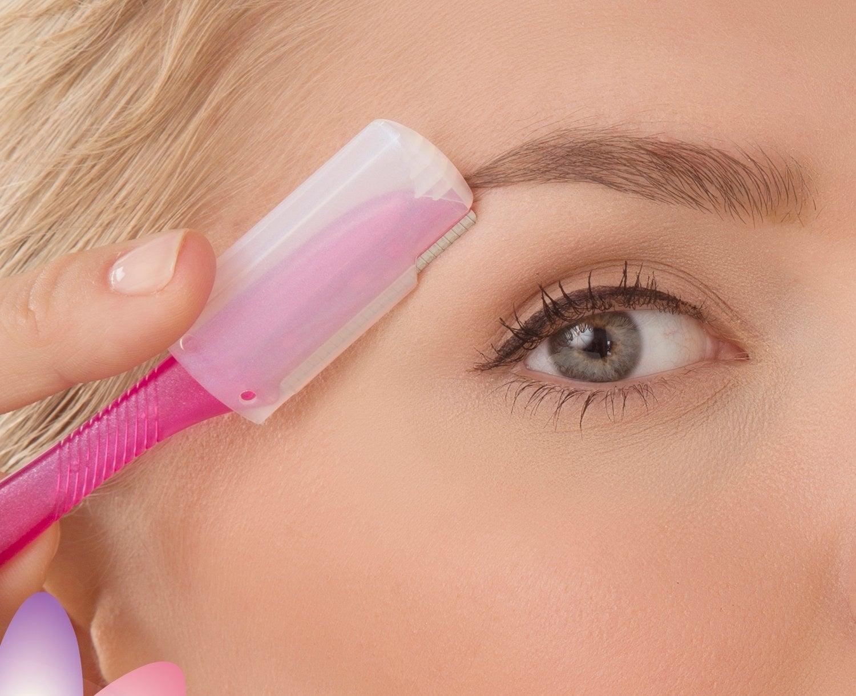 model uses the handled razor on eyebrows