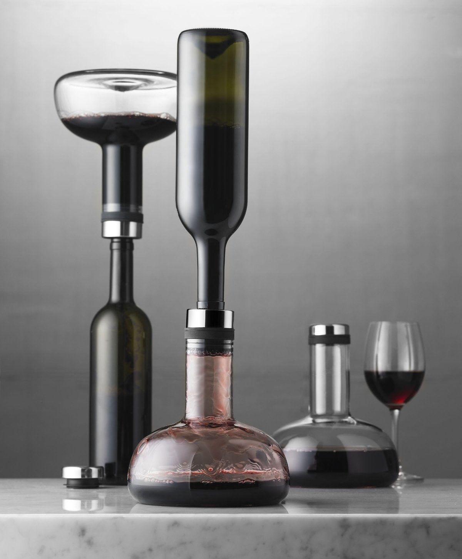 Decanter aerating wine