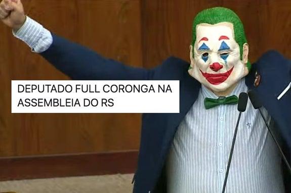 Deputado veste máscara do Coringa para protestar contra reforma do funcionalismo