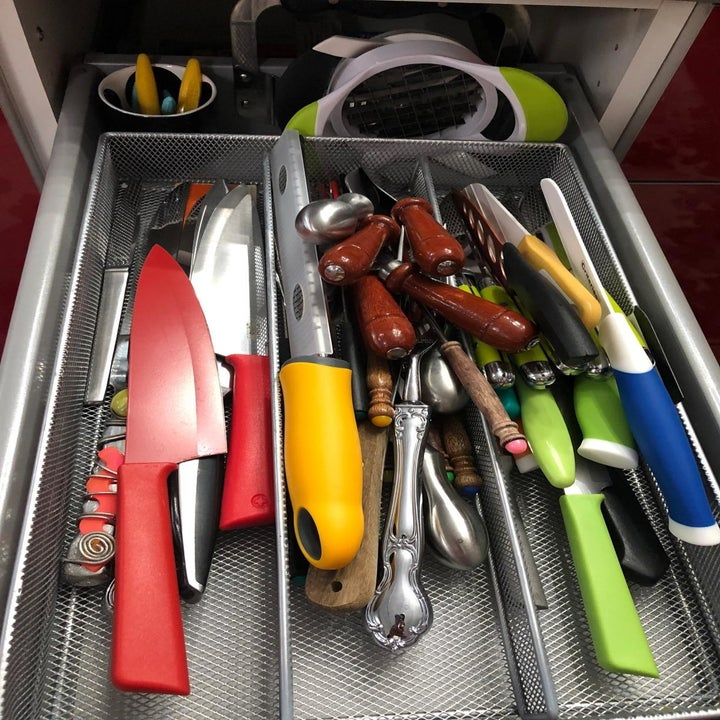 A reviewer showing knives and utensils thrown around a drawer