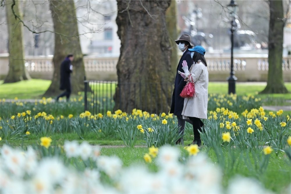 People wearing face masks in Green Park