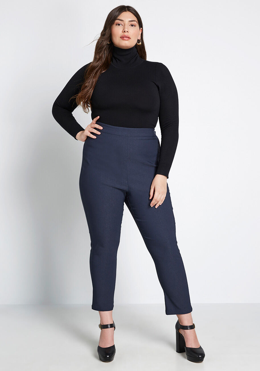 A model wearing the pant in navy