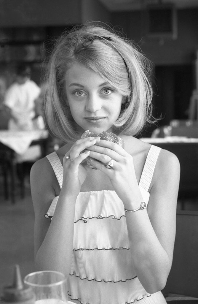 goldie hawn eating a sandwich looking young