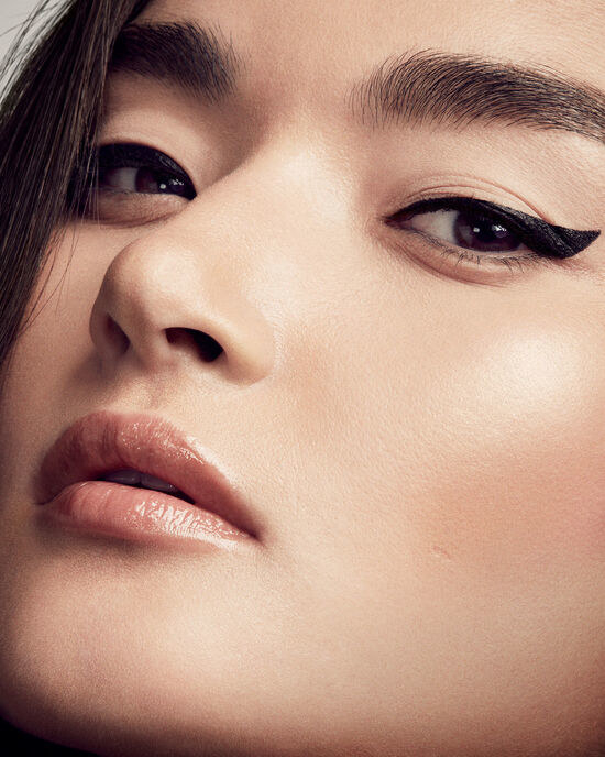 A model wearing the eyeliner in a cat-eye shape