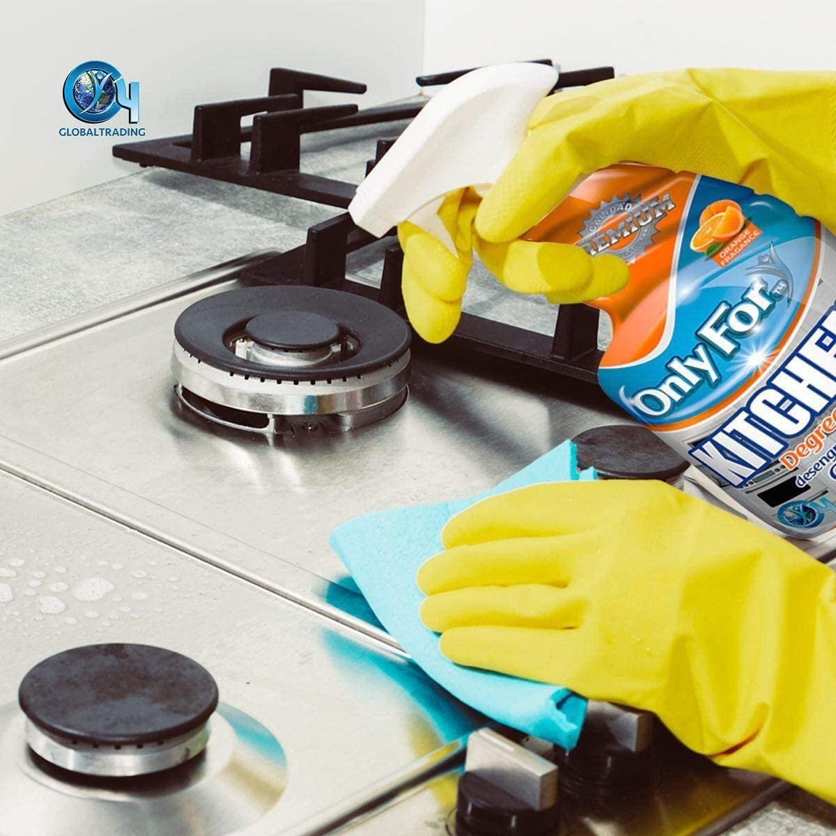 Una persona quita la grasa y la suciedad de la estufa con una líquido limpiador y usando guantes