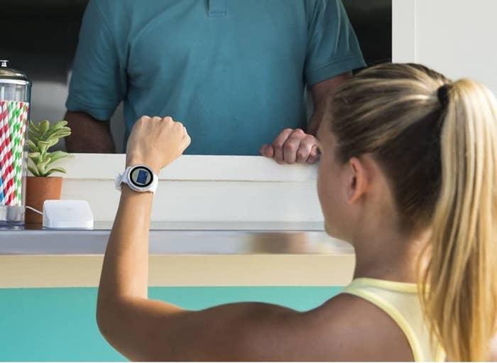 Una modelo usa una pulsera inteligente