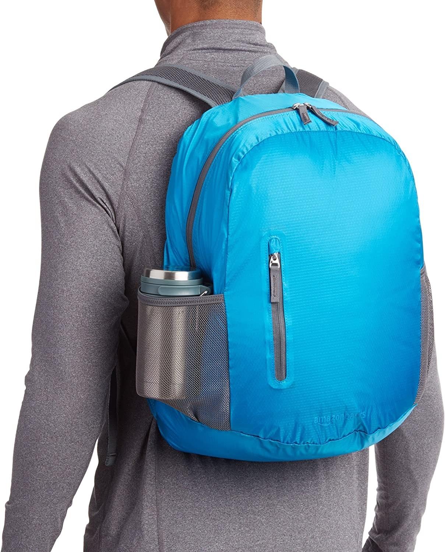 Modelo carga una mochila color azul celeste