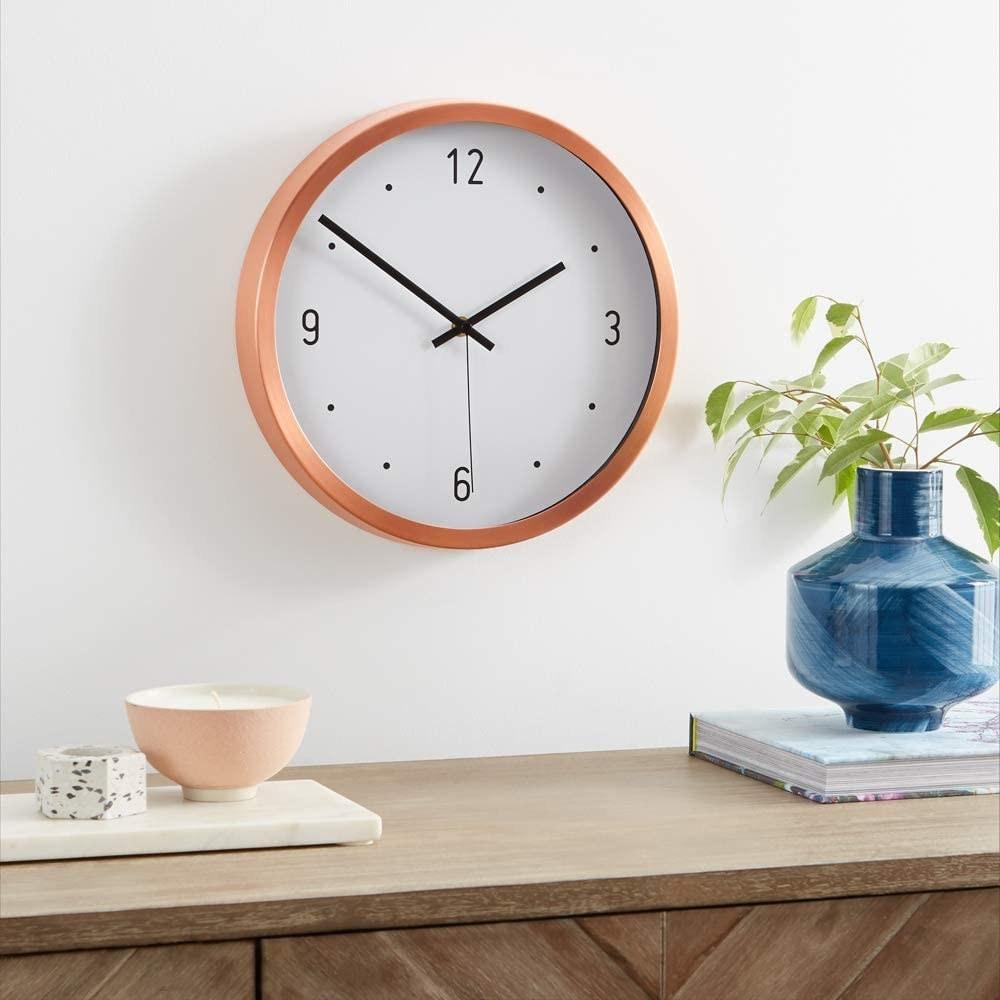 Reloj de pared con marco naranja