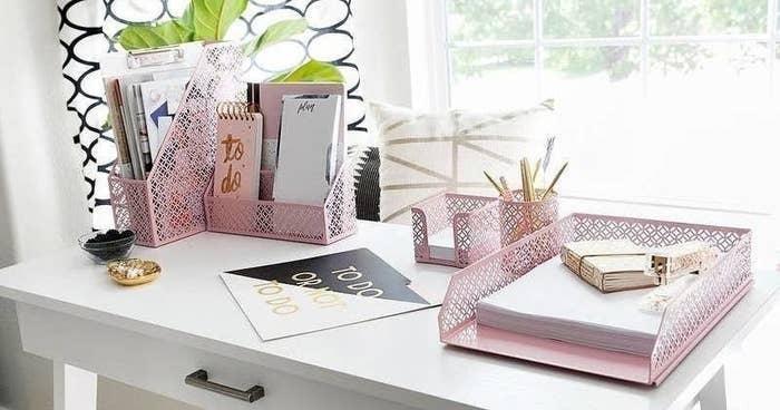 The organizer set in pink