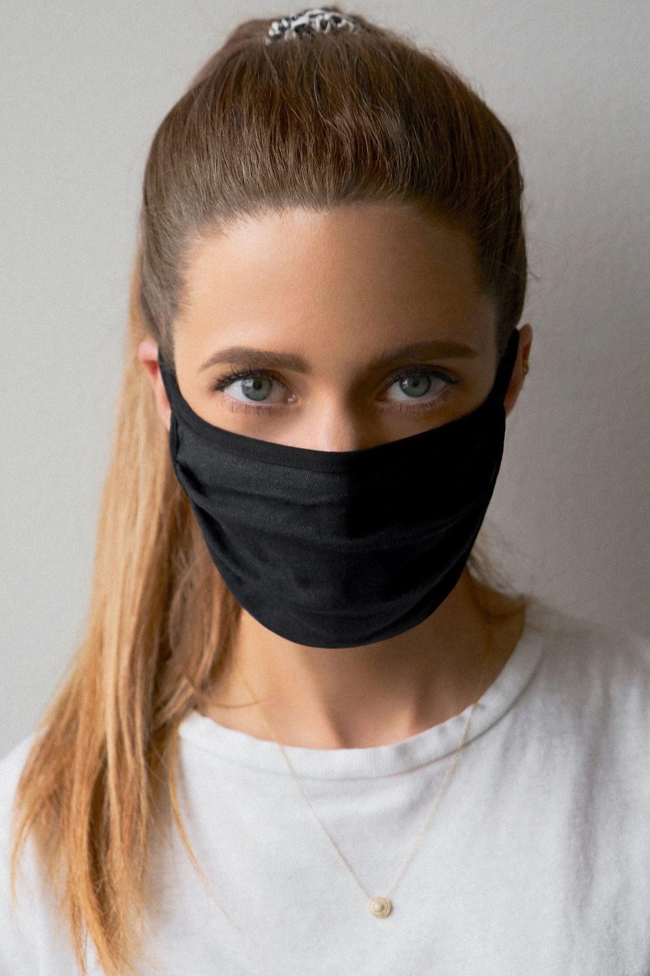 model wearing dark heather gray mask