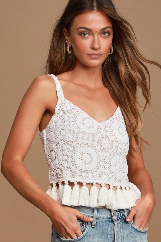 Model wearing shirt in white