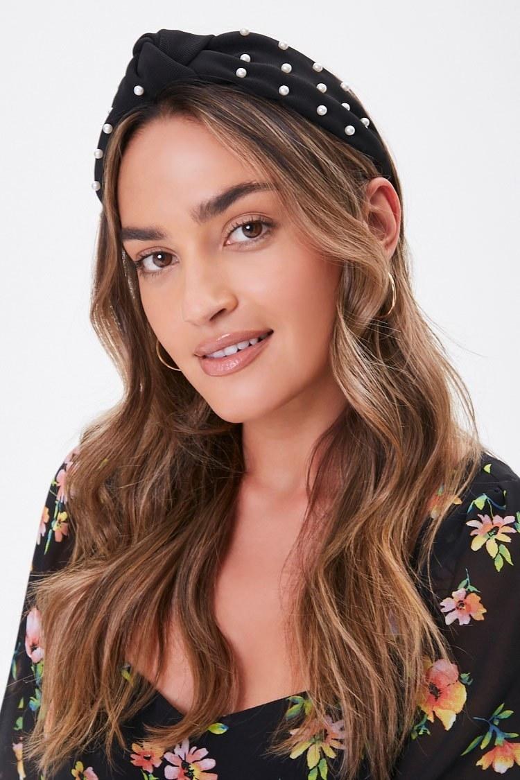 Model wearing headband in black