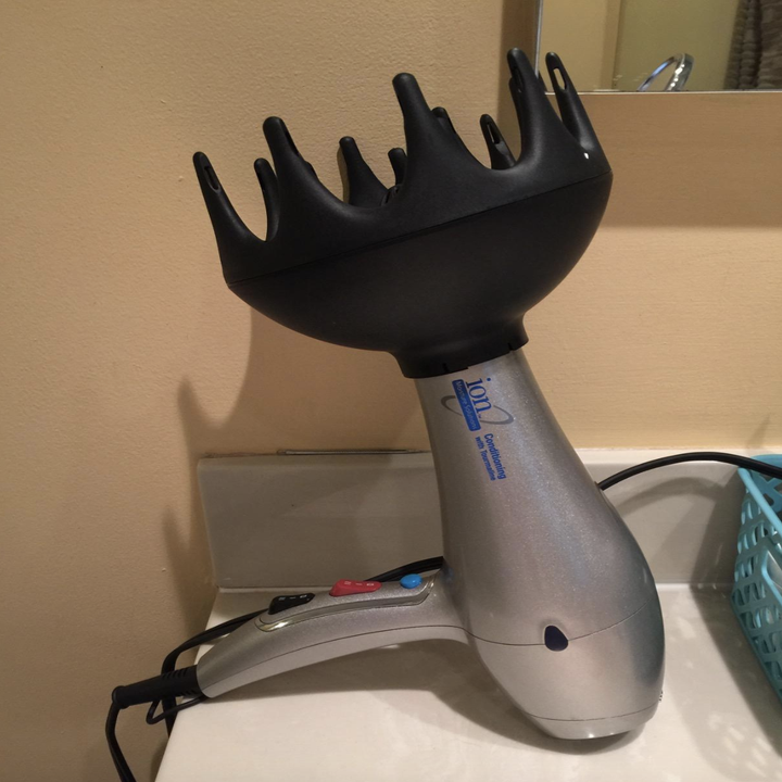 the black diffuser attached to a blow dryer