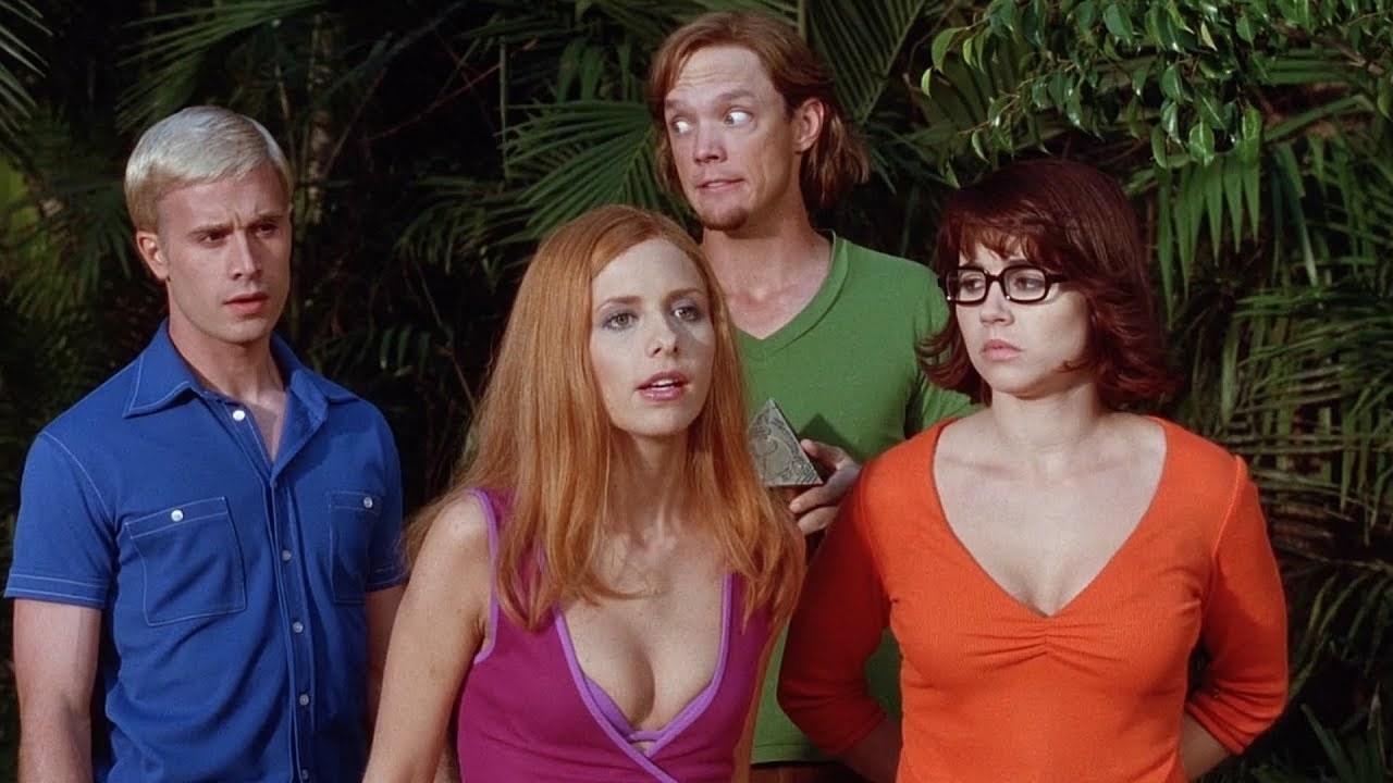 Fred (Freddie Prinze Jr.), Daphnie (Sarah Michelle Gellar), Shaggy (Matthew Lillard), and Velma (Linda Cardellini) look confused mid-mystery solve.