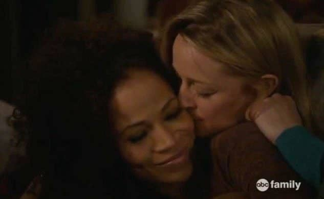 Stef giving Lena a kiss on the cheek in bed