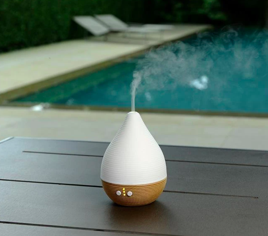 Raindrop-shaped ceramic diffuser with beech wood accents